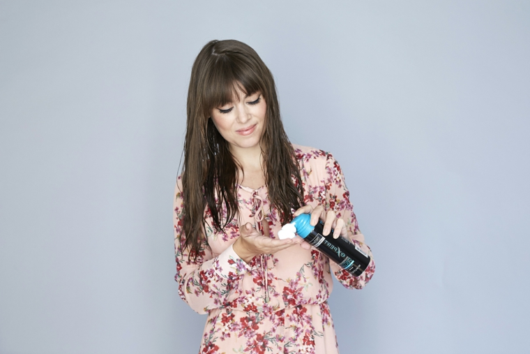 tutorial per come fare capelli mossi, primo passaggio applicazione della mousse
