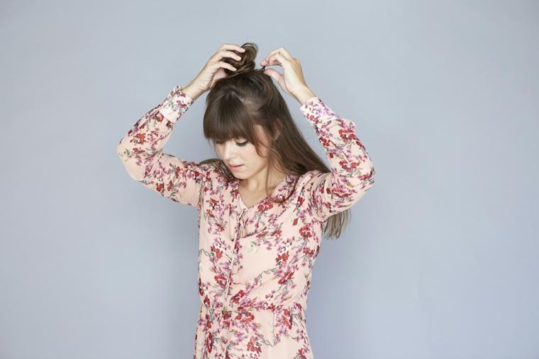 tutorial per come fare i capelli mossi, realizzare uno chignon come semiraccolto