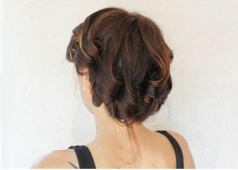 esempio per come fare i capelli mossi usando delle pinze per fermare i capelli arrotolati