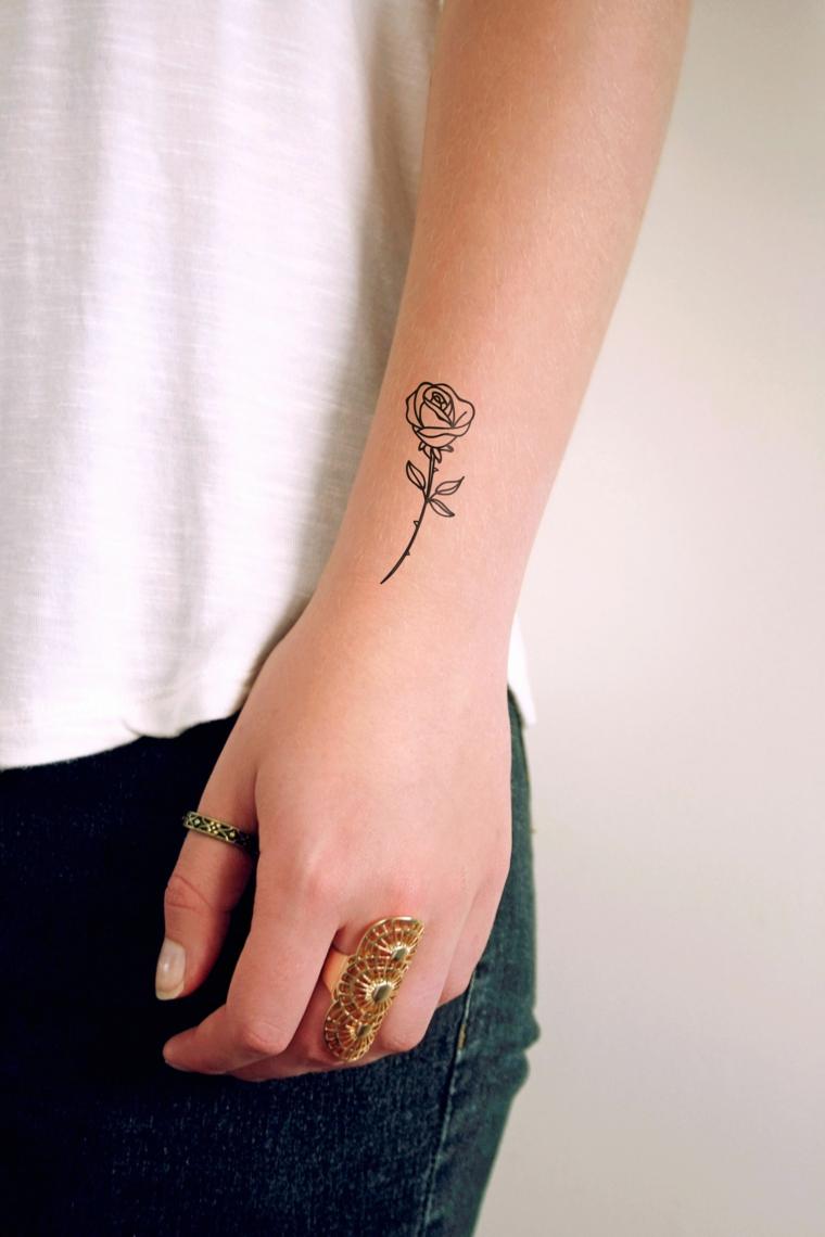 bellissima idea per un tatuaggio sopra il polso, una rosa stilizzata in bianco e nero