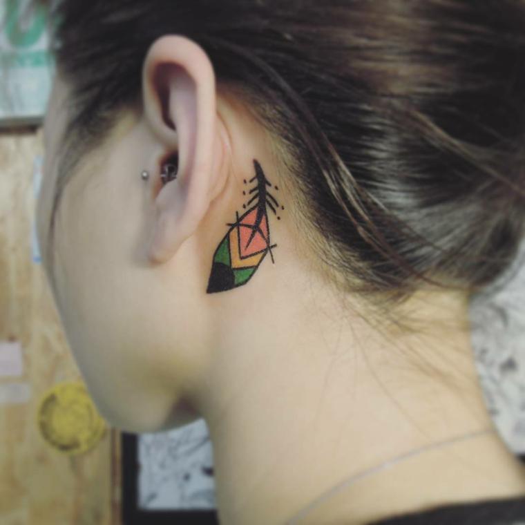 piuma colorata di verde, giallo e arancione dietro l'orecchio di una ragazza, tatuaggi piccoli particolari femminili