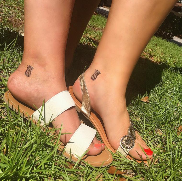 ananas idee tatuaggi piccoli sulla parte esterna della caviglia di una donna con i sandali