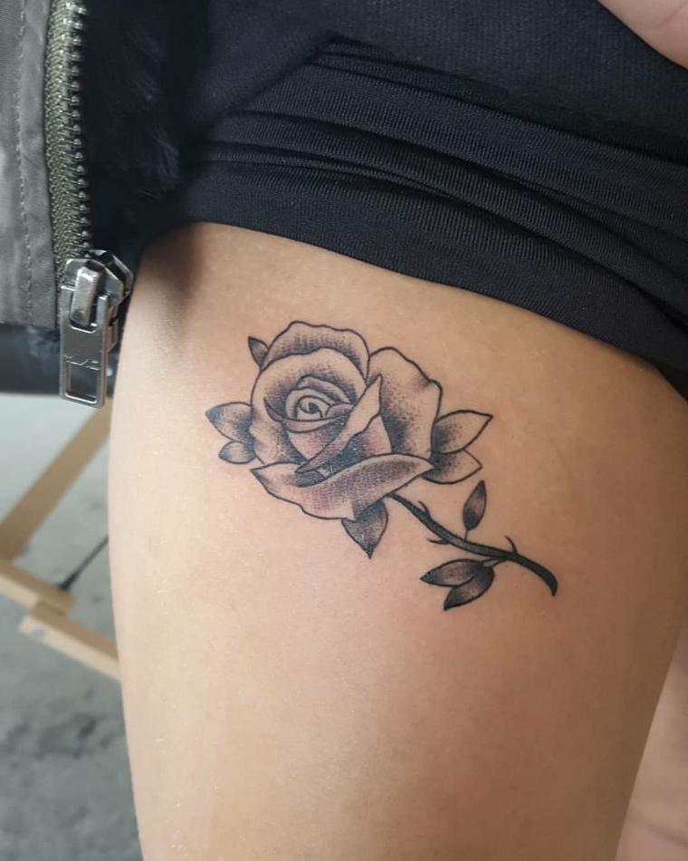 bellissima idea per un tattoo rose nere di medie dimensioni con gambo e foglie