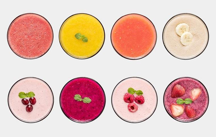 Frullati di frutta per dimagrire con frutta e verdura frullata e servita in bicchieri di vetro