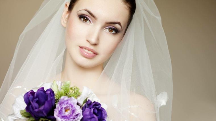 carnagione chiara, rossetto color carne lucido, ombretto sfumato chiaro e matita marrone, trucco sposa semplice