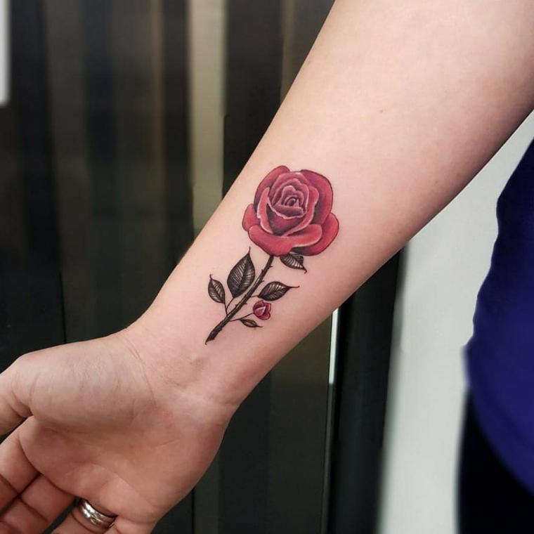 idea per tatuaggi rose rosse sul polso, rosa rossa con gambo e foglie di medie dimensioni