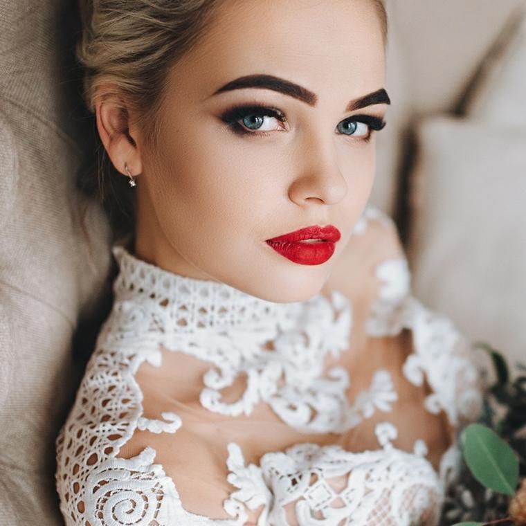 look audace con un rossetto opaco rosso, matita nera e sopracciglia scure, un maquillage duraturo