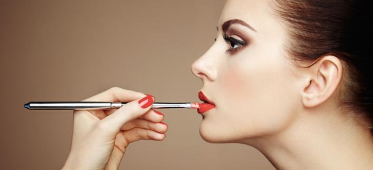 pennello per applicare il rossetto rosso, ragazza con occhi castani, make up occhi sposa