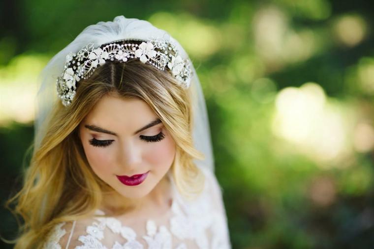 ciglia finte , ombretto chiaro perlato e rossetto bordeaux per un trucco matrimonio sposa