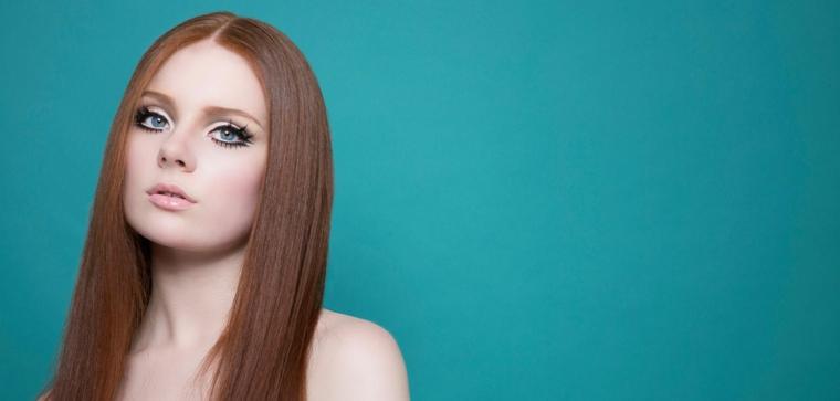 occhi azzurri con mascara nero effetto volume, labbra naturali lucide, segreti make up