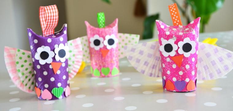 Piccoli gufetti di rotoli di carta igienica decorati con occhi, naso e cuoricini
