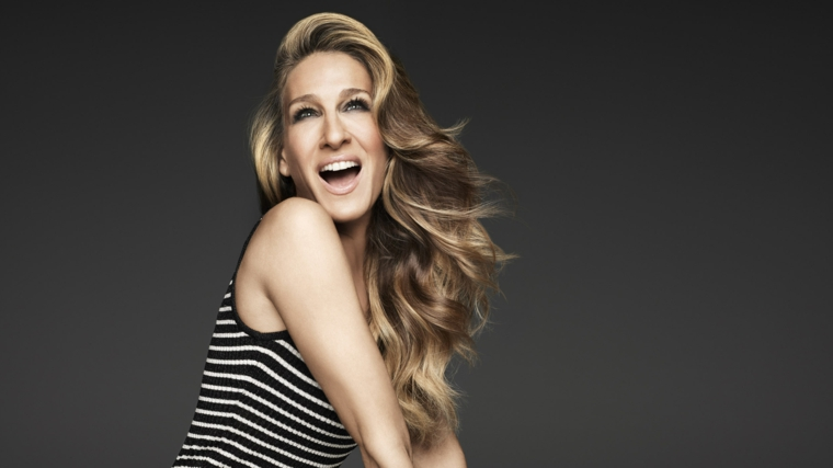 bellissima immagine sorridente di sarah jessica parker con i capelli lunghi con sfumature bionde