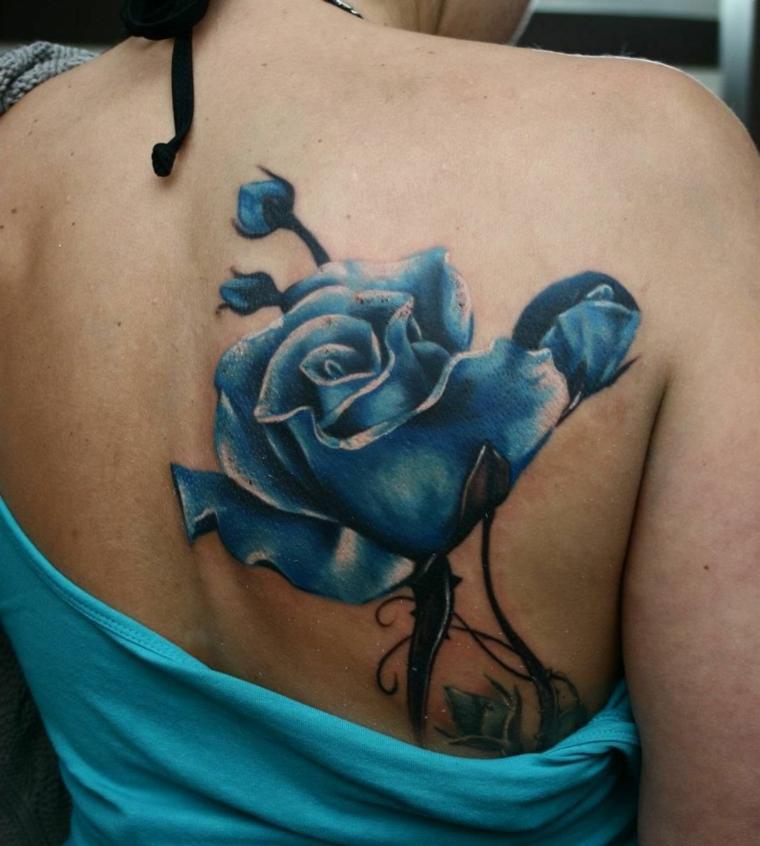 bellissimo tattoo sulla schiena, una grande rosa blu con i petali aperti e dei boccioli
