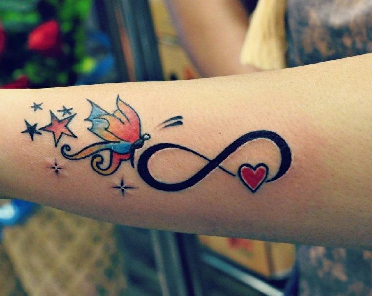Tatuaggi femminili braccio con il simbolo dell'infinito e una farfalla colorata