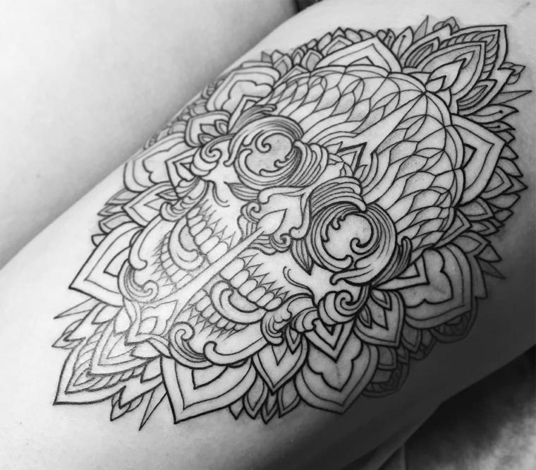 Mandala fiore di loto sul braccio di un uomo, faccia skull con leggere sfumature
