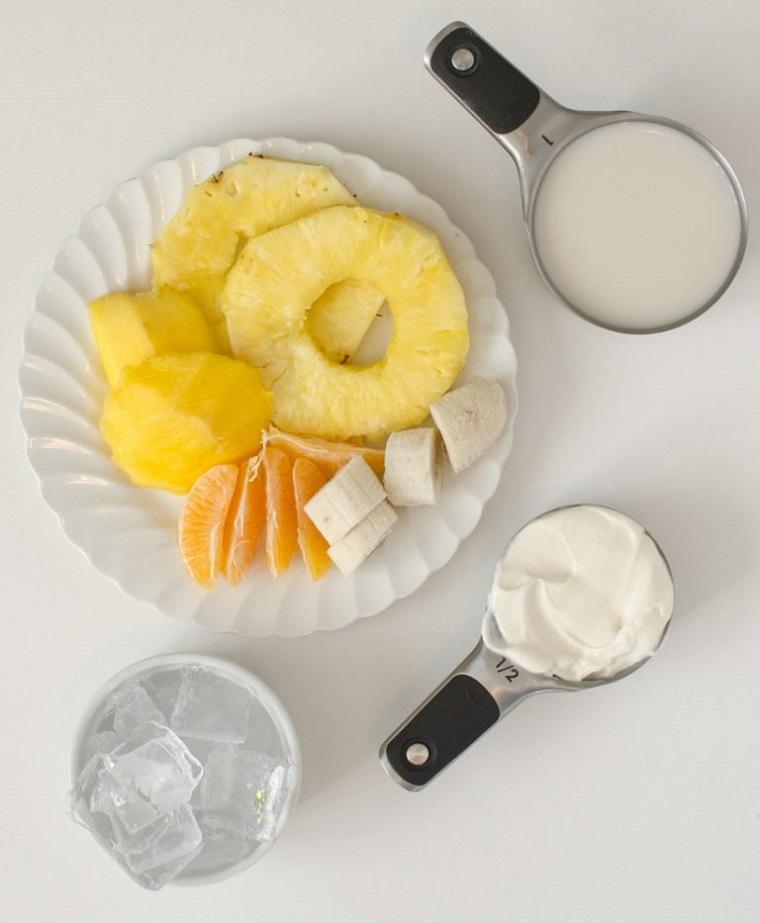 Piatto con la frutta necessaria per preparare una colazione detox a base di latte e yogurt