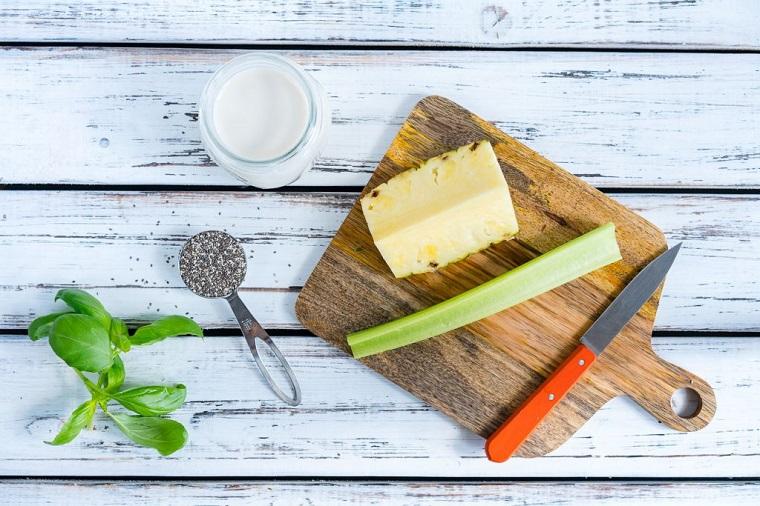 Ricette frullati con frutta e verdura, ingredienti per lo smoothie su un tavolo di legno