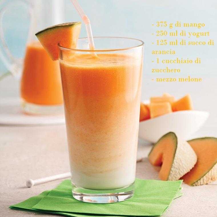 Frullati di frutta con melone e mango tagliati a dadini con una base di yogurt naturale