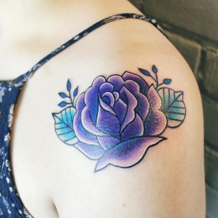 splendida rosa blu con delle sfumature viola, idea per un tattoo femminile sulla spalla