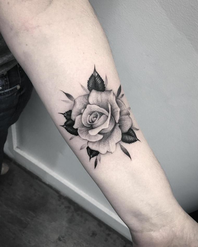 idea per un tattoo avambraccio con una rosa nera e grigia e delle foglie nere