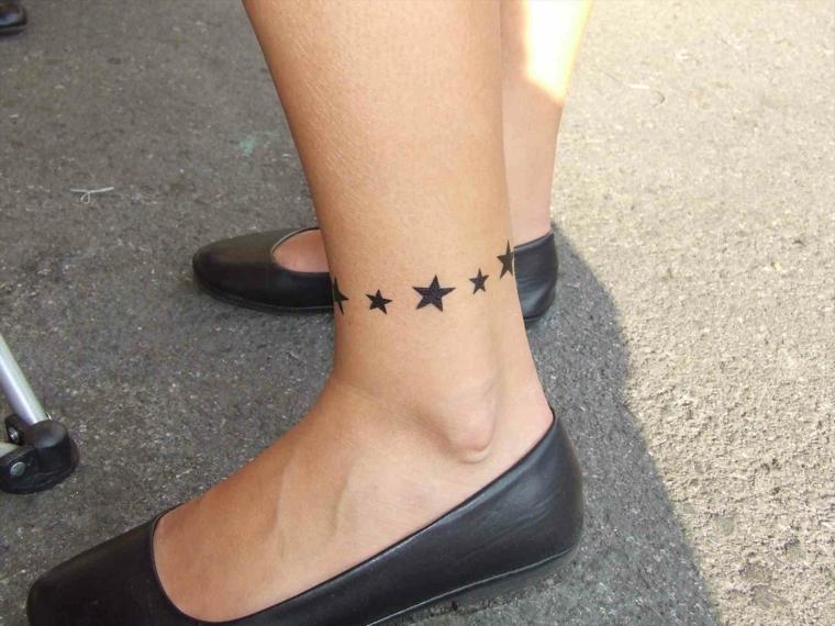 cavigliera con tante stelle di varie dimensioni idee tatuaggi piccoli per una ragazza
