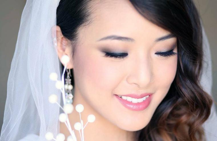bellissima sposa orientale con un make up occhi sposa sfumato e rossetto rosa