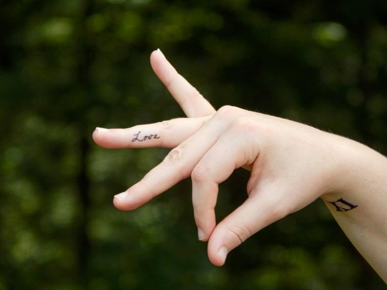 splendida idea per tatuaggi eleganti, una scritta in corsivo all'interno dell'anulare