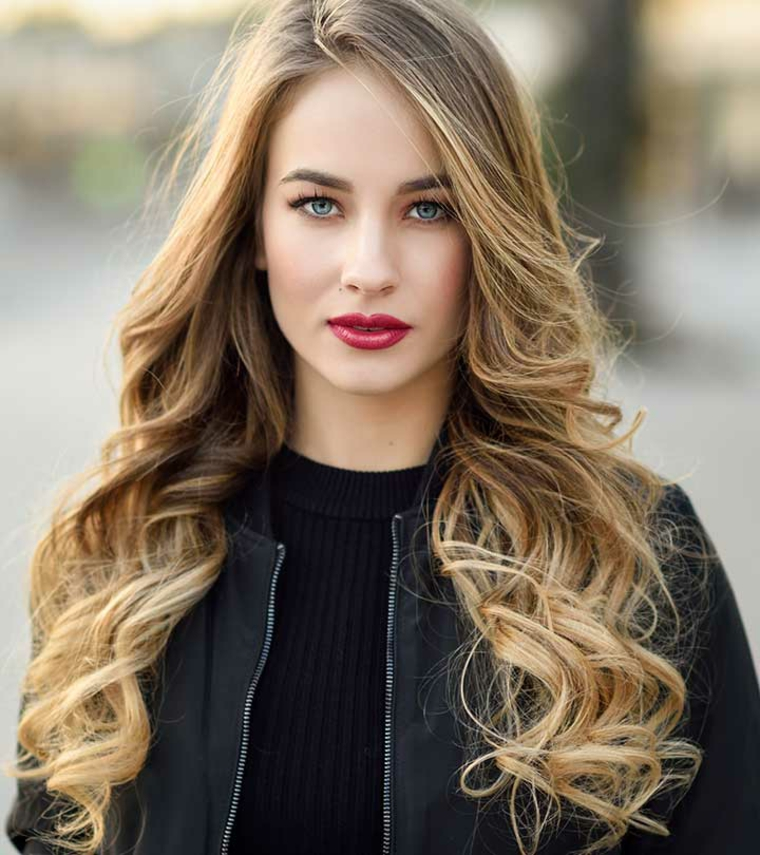 incantevole ragazza con gli occhi azzurri, il rossetto rosso e i capelli biondo cenere lunghi