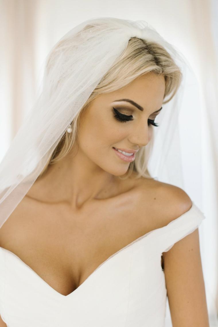 bellissima idea per un trucco matrimonio sposa che valorizza gli occhi con eye liner e ombretto