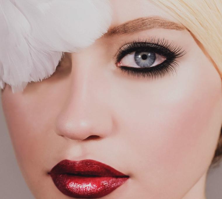 idea per un make up occhi sposa con matita e mascara nero e rossetto lucido rosso