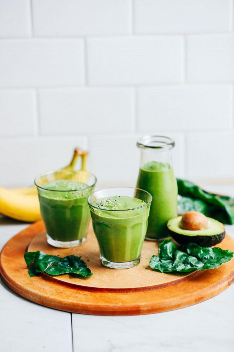 Una colazione sana con un frullato di verdura e frutta come avocado e banane