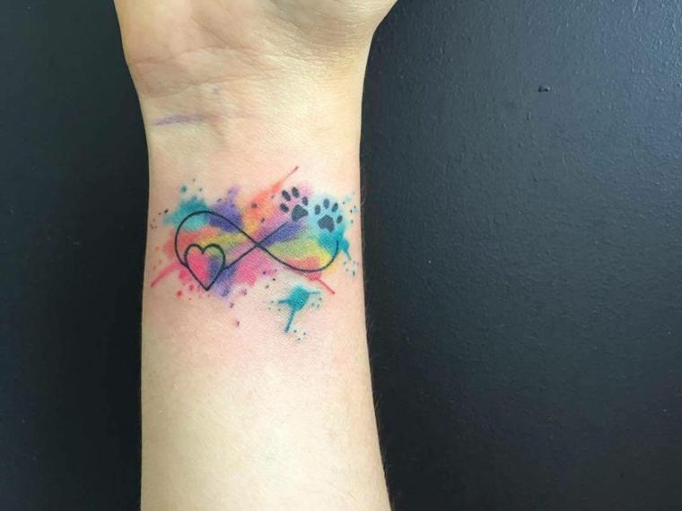 Tatuaggi significati famiglia con il simbolo dell'infinito e schizzi di colore