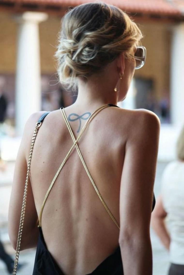 Tatuaggio piccolo sulla schiena di una donna con il simbolo dell'infinito