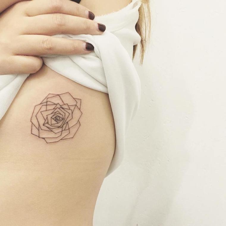 idea per un tattoo rose nere dalle linee stilizzate sul busto esterno di una ragazza