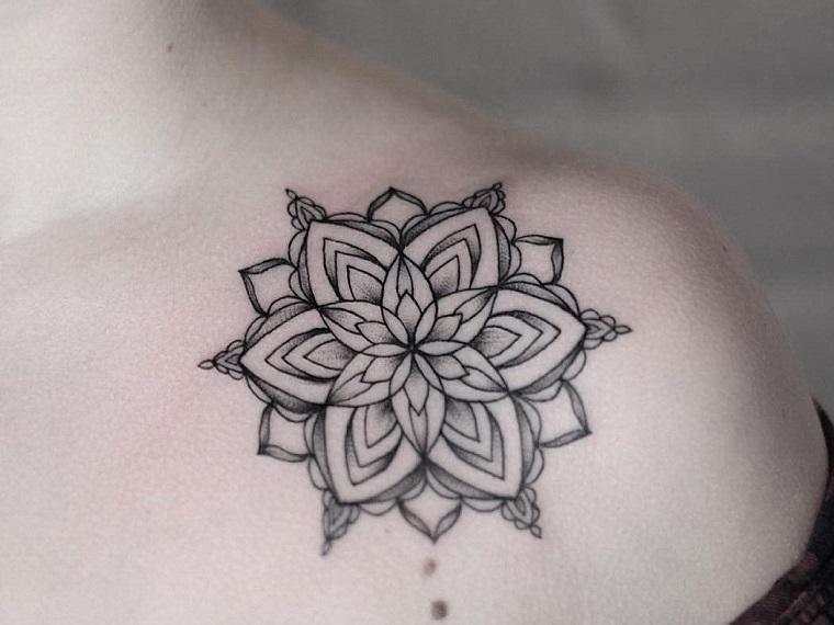 Fiore di loto significato come tatuaggio sulla spalla di una donna