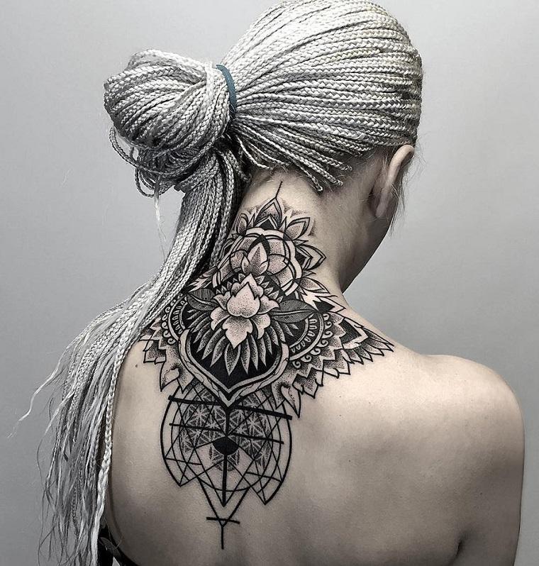 Mandala significato e un tatuaggio molto grande sulla schiena di una donna con fiore di loto