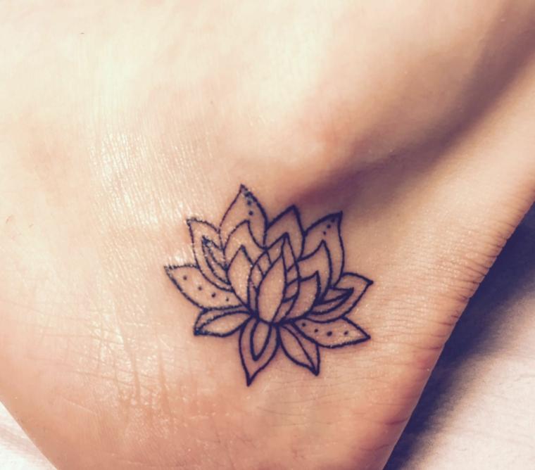Piccolo tatuaggio femminile sulla caviglia di una donna, fiore di loto significato