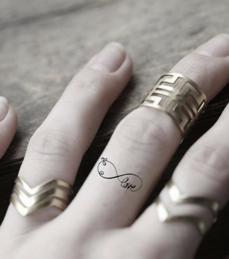 Idea per dei simboli tattoo da tatuare sulle dita della mano di una donna
