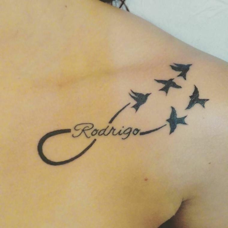 Tattoo infinito e rondini che volano, tatuaggio sulla spalla di una donna con il nome di Rodrigo