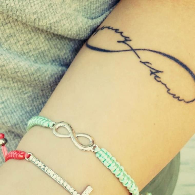 Tatuaggio dedicato alla famiglia con il simbolo dell'infinito tatuato sul braccio