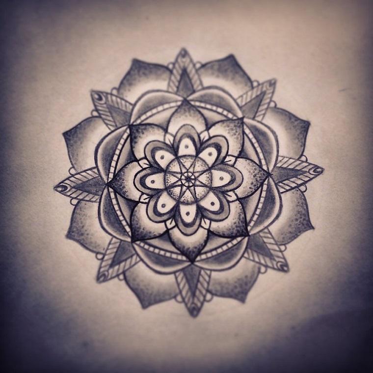 Disegno bianco e nero di un fiore di loto con sfumature, mandala da tatuare per la forza interiore