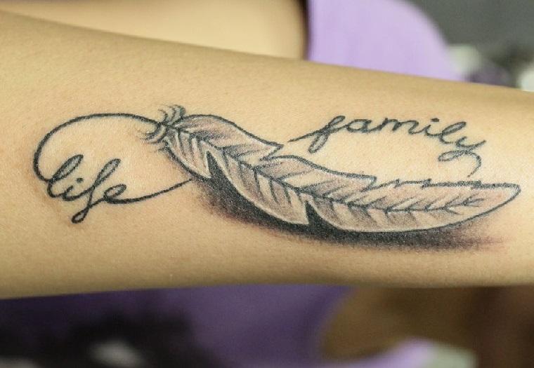 Tatuaggio dedicato alla famiglia con scritte in inglese, tattoo con il simbolo dell'infinito e una piuma