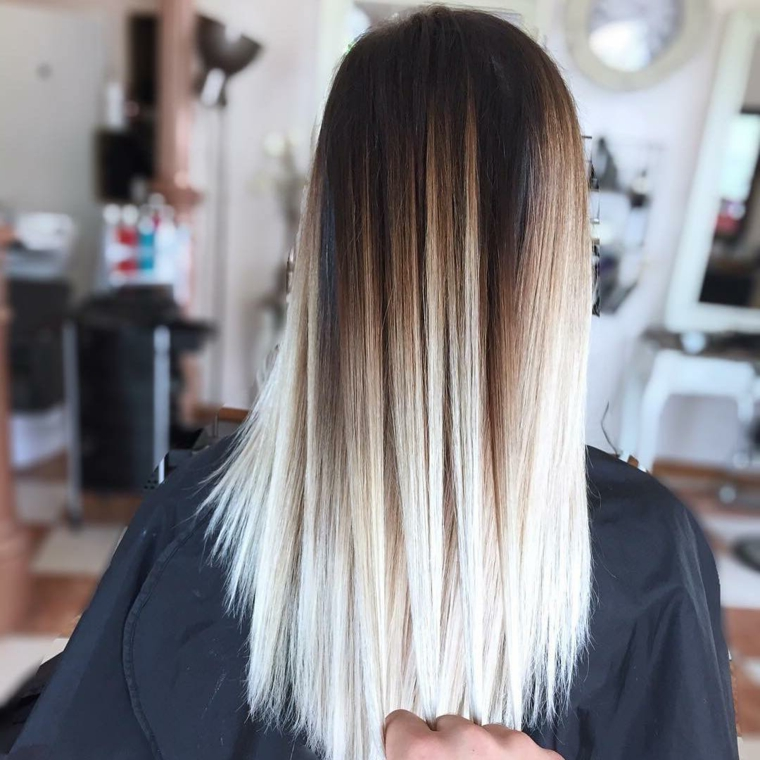 look di tendenza con capelli lunghi piega extra liscia e balayage capelli biondi