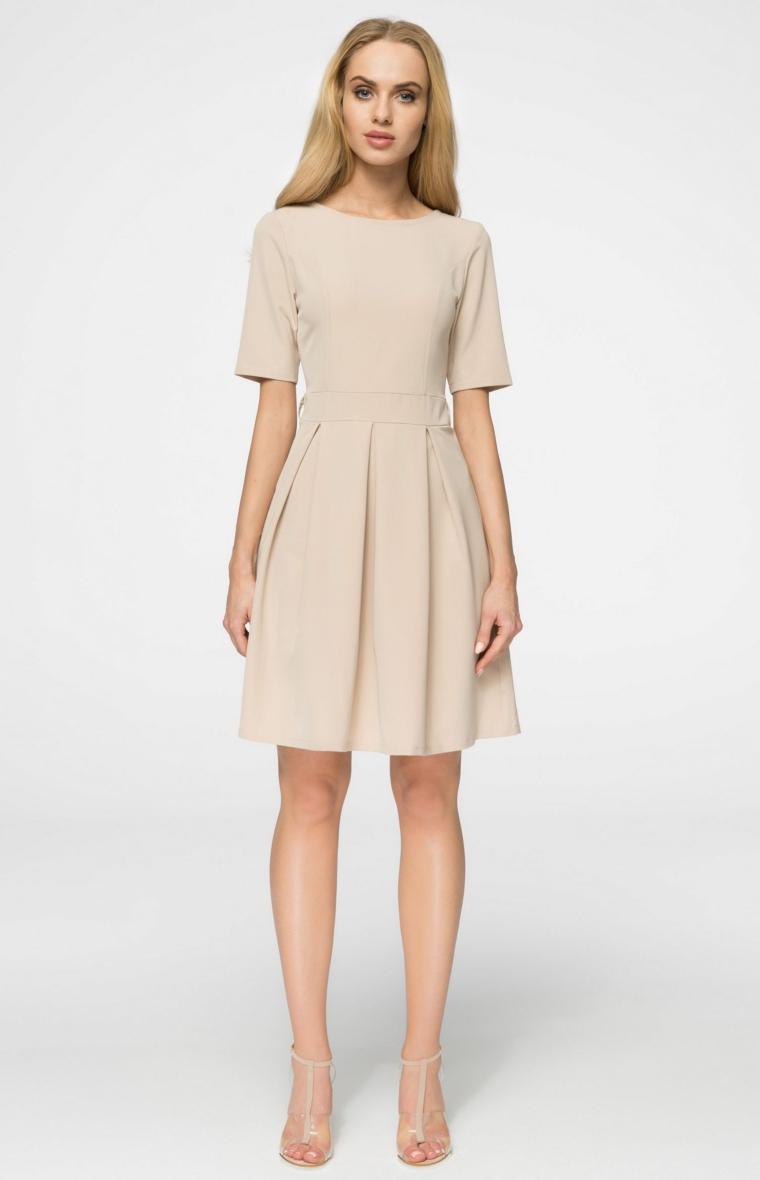 Vestito di colore beige e lunghezza sopra il ginocchio, proposta abbigliamento per un matrimonio estivo