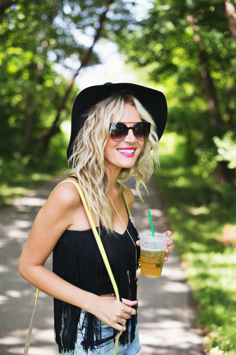 bellissima ragazza bionda con occhiali da sole e cappello, come fare i capelli mossi