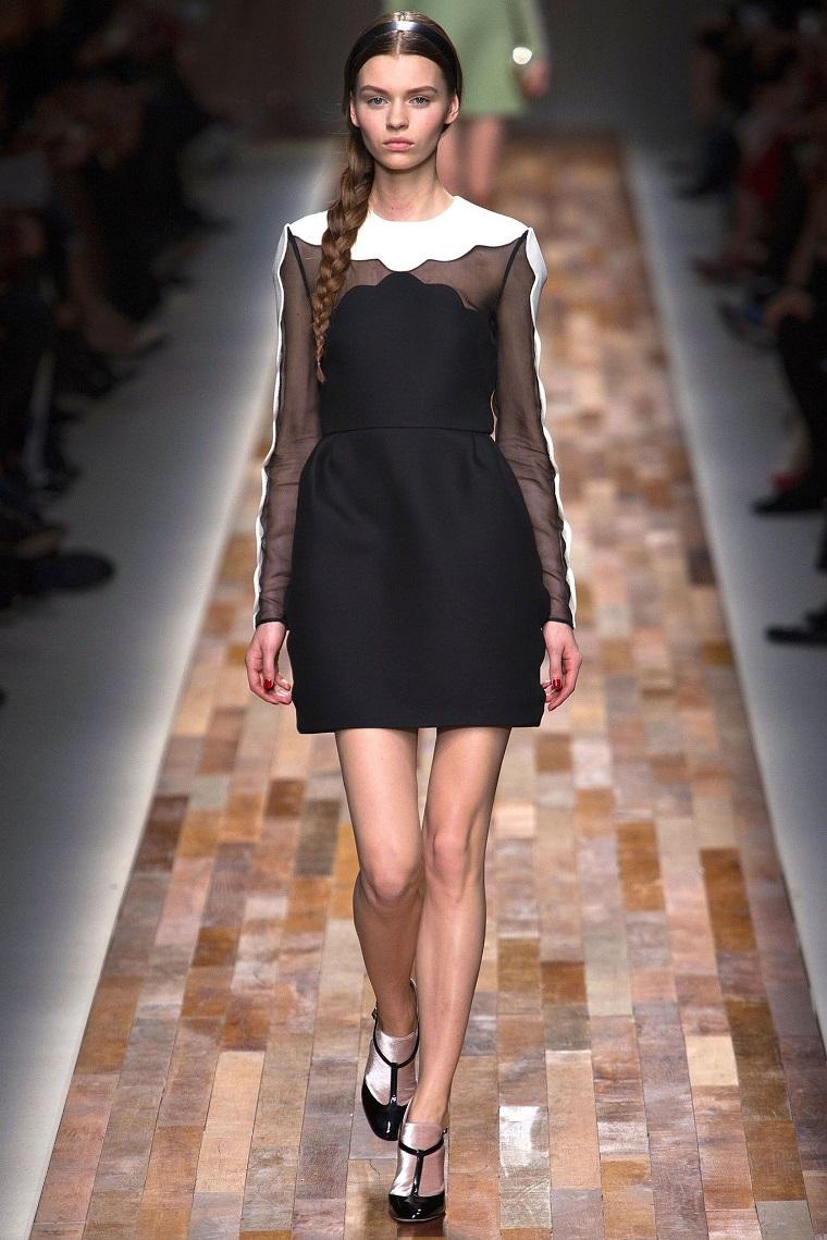 Vestiti eleganti donna e un'idea dalla passerella con abito di colore nero e parte alta trasparente