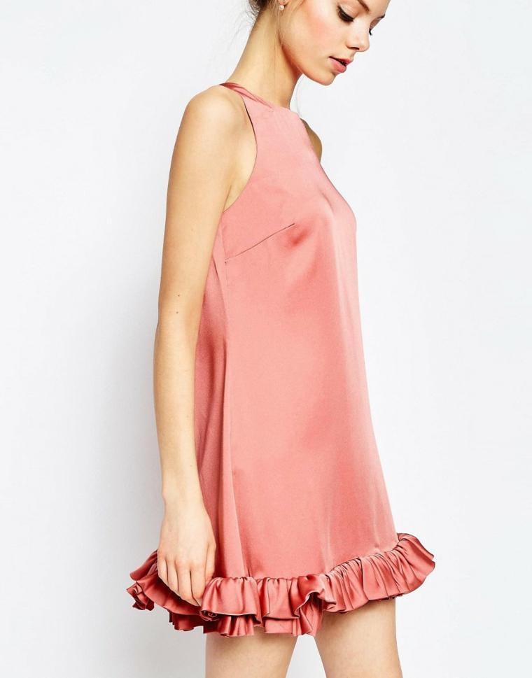 Vestiti eleganti donna e un'idea con abito corto di colore rosa e volant nella parte inferiore