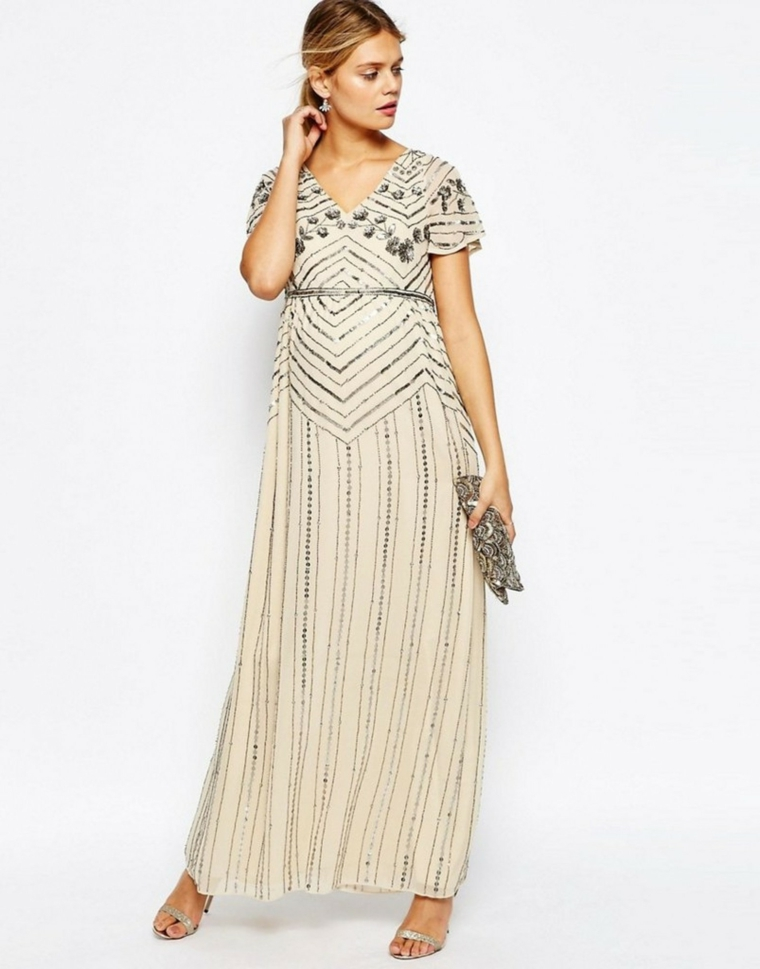 Come vestirsi ad un matrimonio con un vestito elegante di colore beige e applicazioni