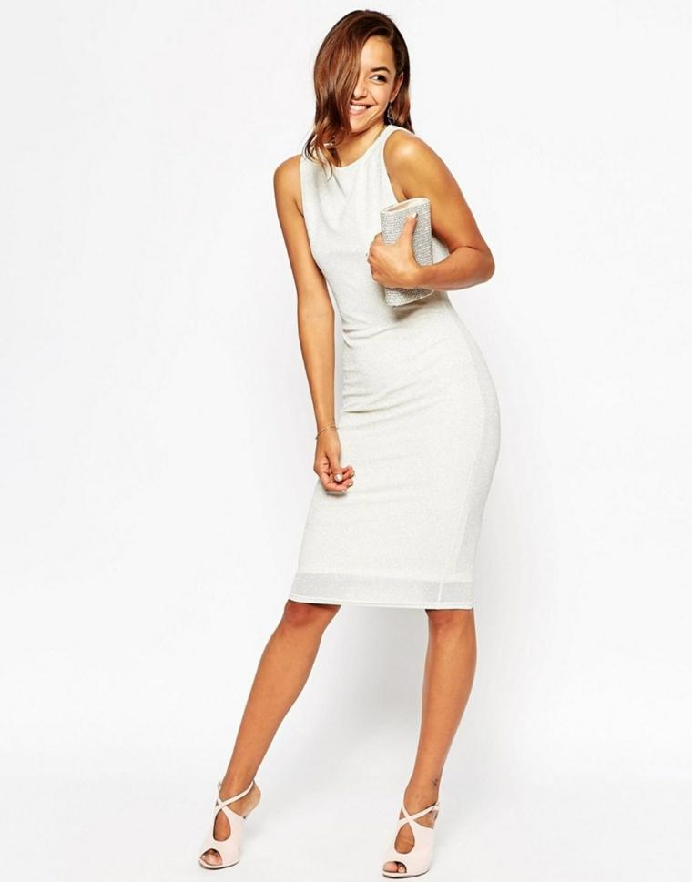 Idea per un vestito matrimonio invitata di colore bianco con effetti e sandali di pelle bianca