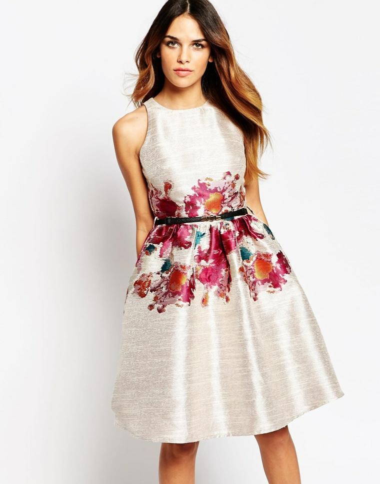 Come vestirsi ad un matrimonio, vestito elegante di colore bianco e motivi floreali